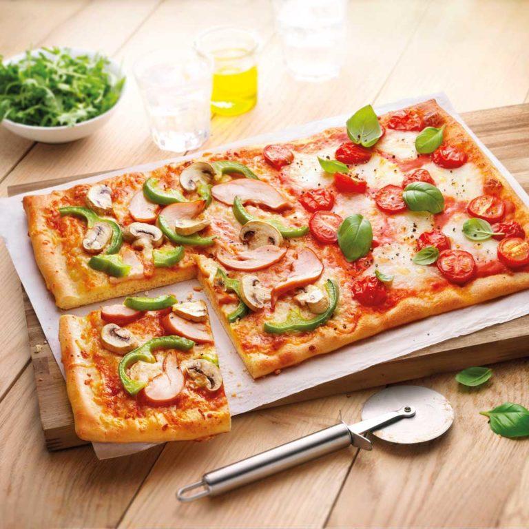 Op de tafel pizza van Jan